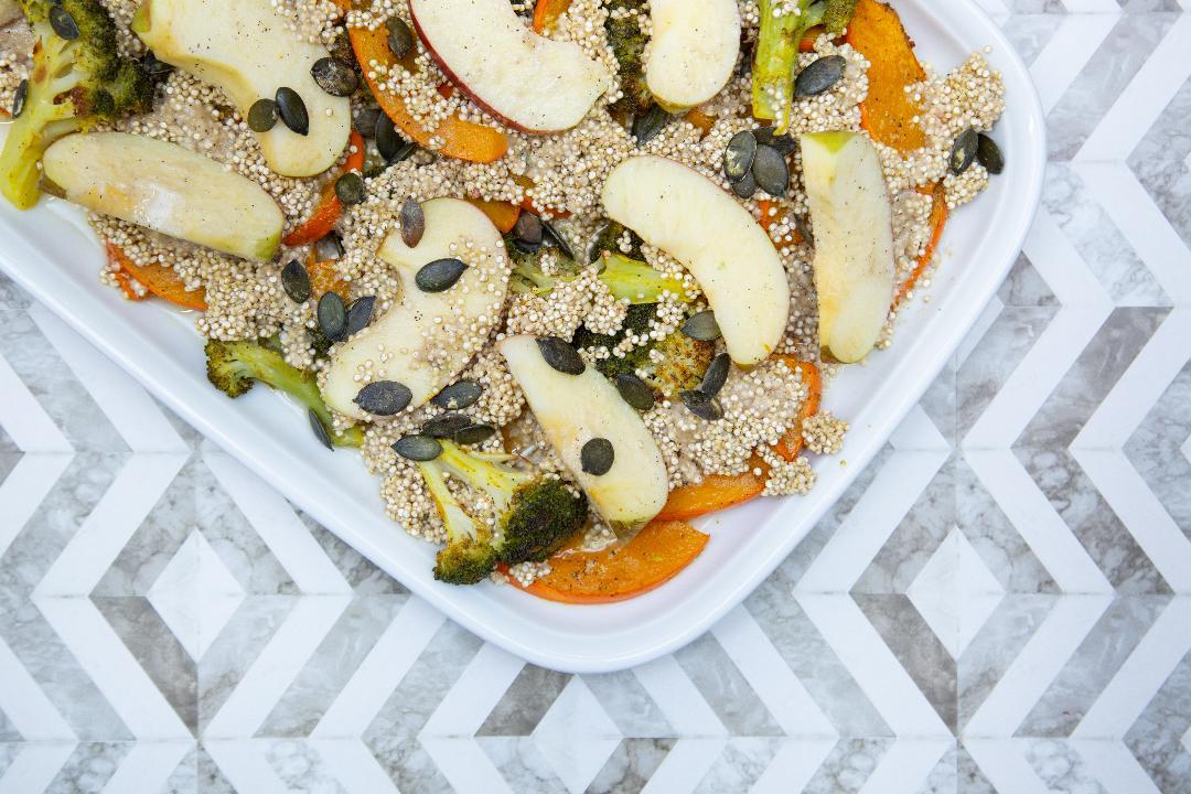 You are currently viewing Quinoa-Salat mit Apfel, Brokkoli & Kürbis
