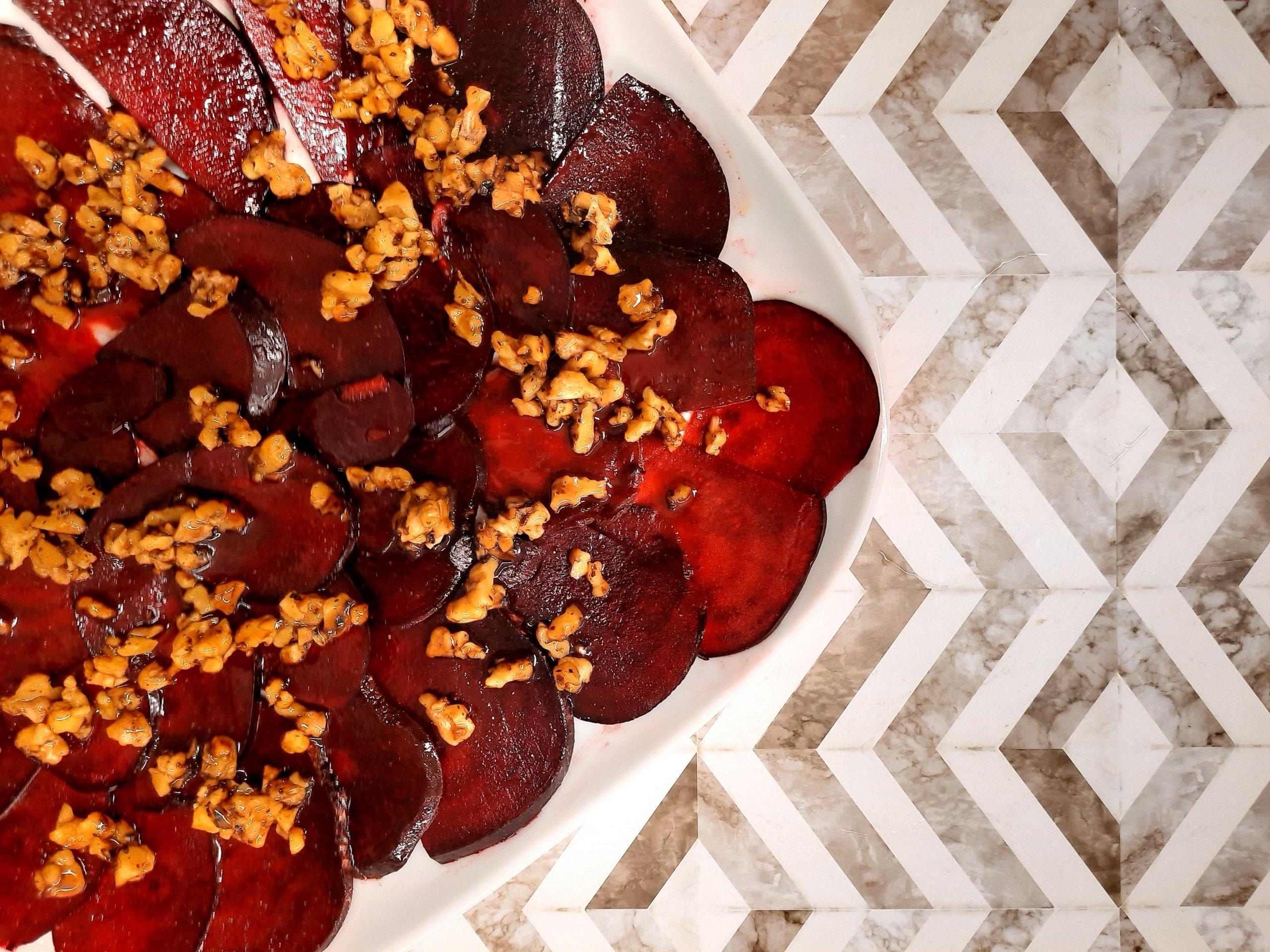 Rote Beete Carpaccio mit karamellisierten Walnüssen