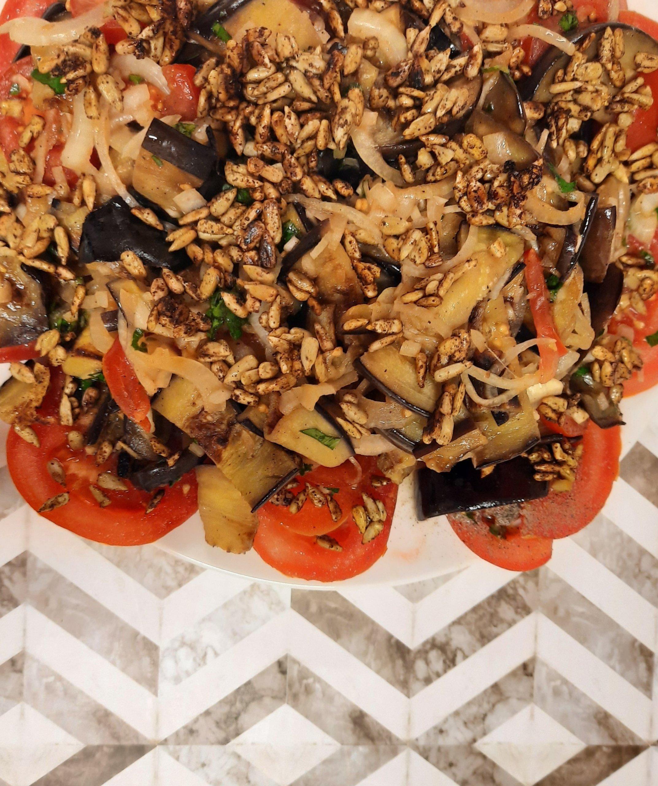 You are currently viewing Tomaten-Auberginen-Salat mit gerösteten Sonnenblumenkernen
